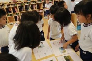 絵日記を囲む子供たち
