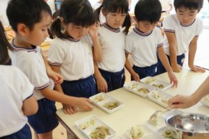 給食の配膳をする園児たち